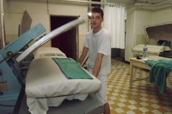 Maroš pracuje v práčovni. Po splnení trestu chcel v práci pokračovať.