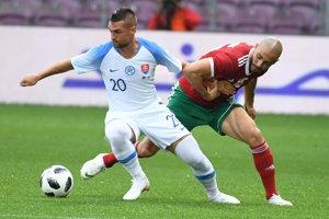 Róbert Mak (vľavo) v súboji o loptu s Karimom El Ahmadim.