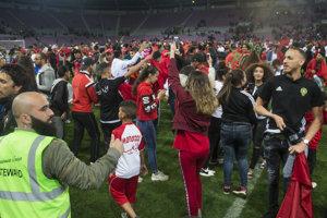 Marockí fanúšikovia vbehli na trávnik po skončení prípravného futbalového stretnutia Maroko - Slovensko.
