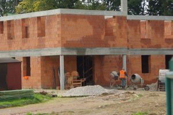 Stavba novej škôlky v Rosine. Dušan mal spadnúť z dva a pol metrovej výšky.