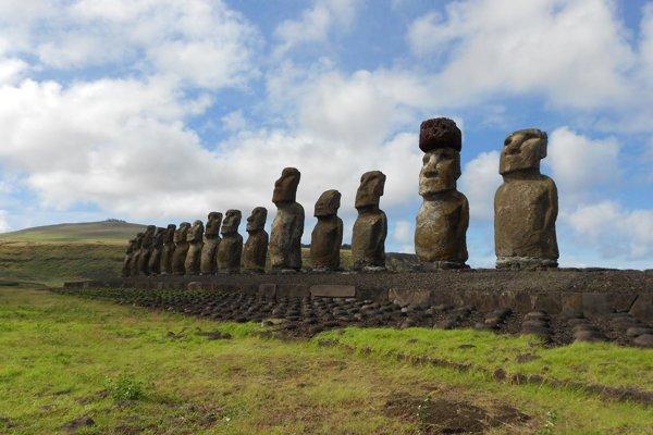 Obnovená platforma so sochami moai na Veľkonočnom ostrove. Druhá socha sprava má na hlave klobúk pukao.