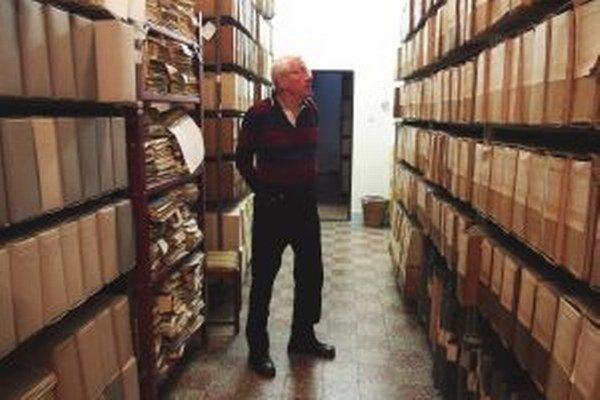 Peter Štanský v archíve pozná každý spis.