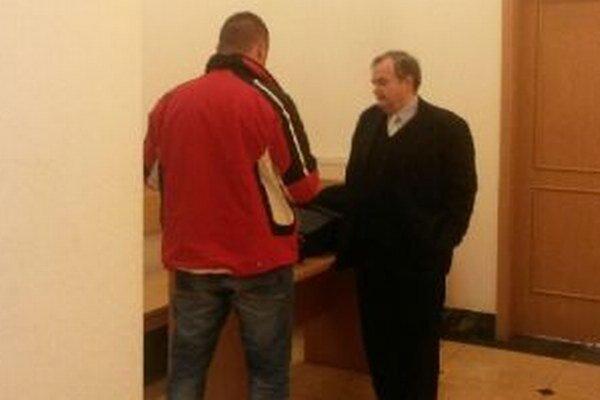Tomáš (vľavo) sa postavil pred súd.