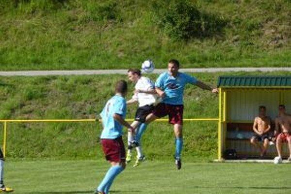 Horná Poruba (v modrom) zdolala v dôležitom zápase Starú Turú.
