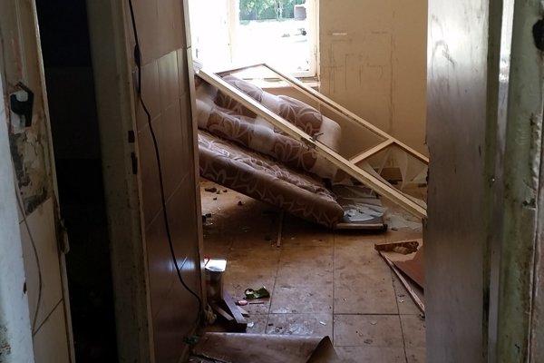 Bytovka zostala v zdevastovanom stave.
