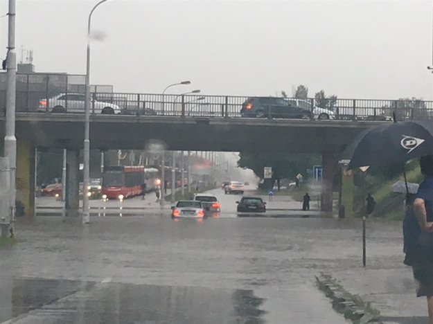 Dážď zaplavil podjazdy v Bratislave.