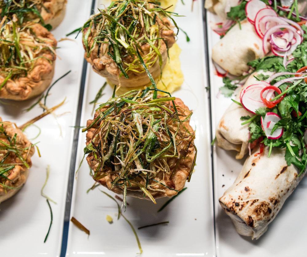 Klasické menu plné mäsa vymenili za sójové mlieko, zemiakové pyré, hrášok, orechy či vegánske koláče.