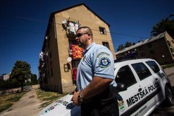 Mestskí policajti zisťujú rôzne priestupky.
