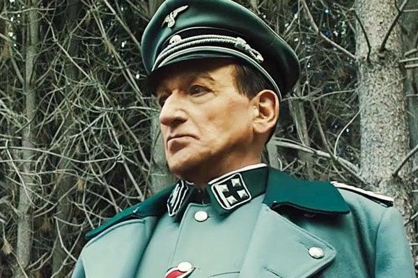 Ben Kingsley ako Adolf Eichmann vo filme Operation Finale.