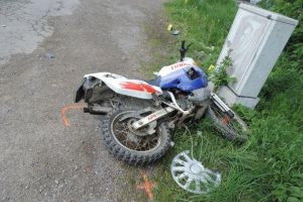 Motorkár utrpel zranenia s dobou liečenia cca 42 dní.
