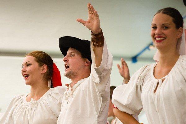 Folklórny súbor Rovňan počas vystúpenia na Jánošikových dňoch v Terchovej.