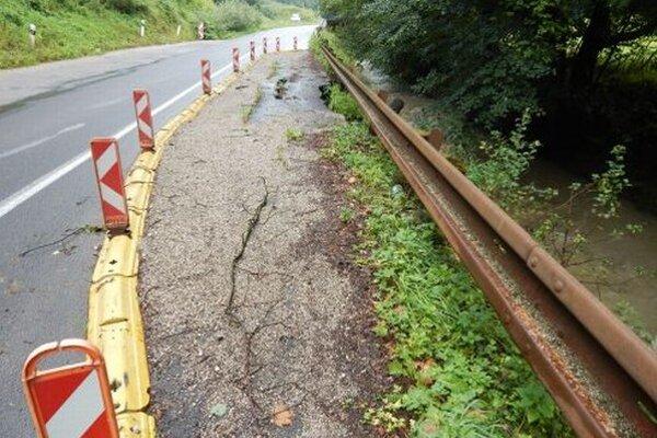 Cesta dva roky upadá, župa ju plánuje opraviť na jeseň.