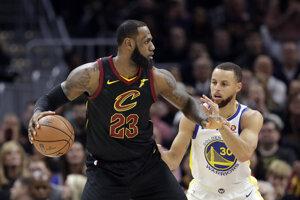 LeBron James (vľavo) a Stephen Curry - dve hviezdy veľkých rivalov, ktoré sa zhodli na tom, že v prípade triumfu v NBA do Bieleho domu nepôjdu.