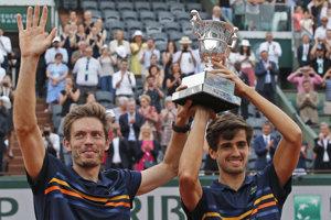 Štvorhru mužov na Roland Garros vyhrala francúzska dvojica Pierre-Hugues Herbert a Nicolas Mahut.