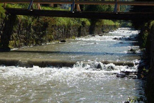 Splavy v koryte Varínky v Terchovej, ktoré vybudovali rybári.