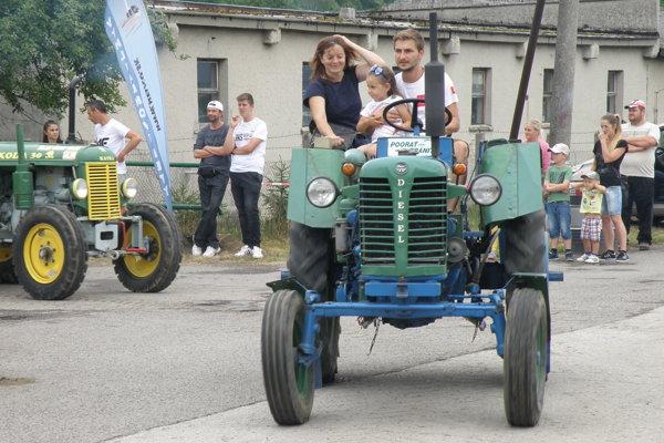 Historické traktory sa vydali aj na okružnú jazdu.