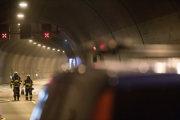 Záchranári počas cvičenia v tuneli Sitina