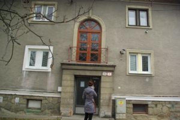 Za oknami (vľavo dole) sa minulý týždeň odohrávala rodinná dráma. Dcéra zatútočila na vlastnú matku a bodala ju dvoma nožmi.