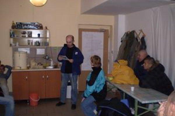 Pracovníci charity pre bezdomovcov často pripravujú zaujímavý program.