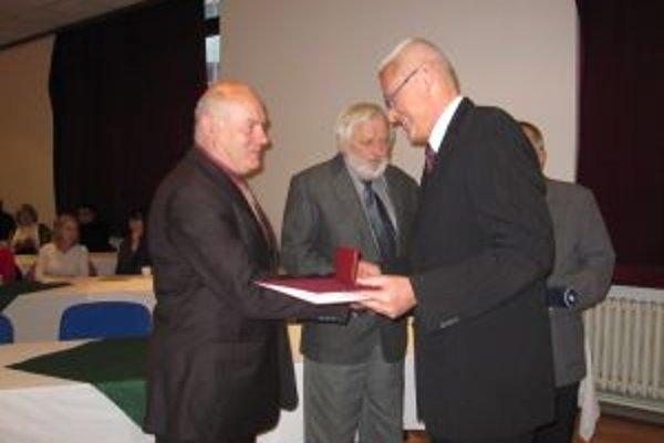 Preberanie medaily. Predseda Spolku lekárov Žilina odovzdáva ocenenia.