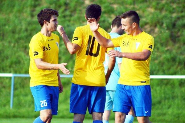 Martin Antl (vľavo) prispel 4 gólmi k demontáži Oponíc vo Veľkom Záluží. Boli to jeho prvé góly vôbec v tejto sezóne, veľa však toho zatiaľ neodohral.