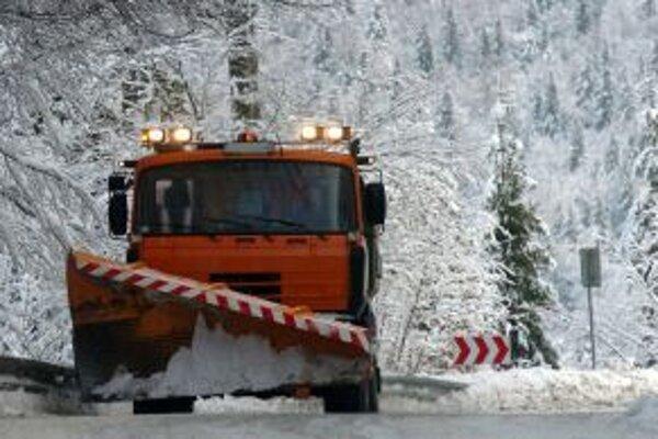 Cestári všetky cesty v regióne sprejazdnili. Na Šibeniciach, v smere z Martina do Žiliny, blokuje dopravu pokazenýn kamión.