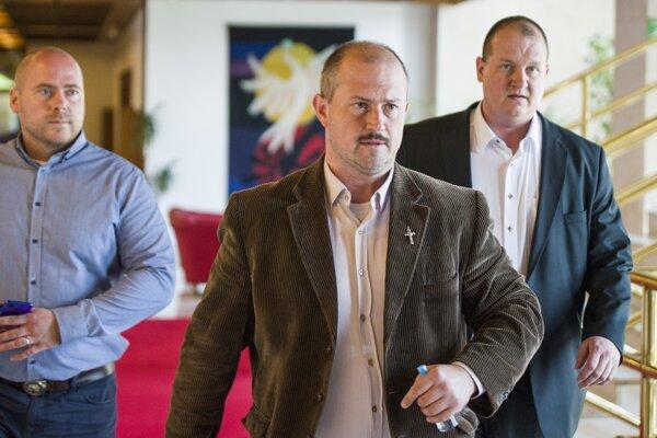 Na snímke zľava poslanci NR SR za stranu ĽSNS Ján Mora, predseda strany ĽSNS Marián Kotleba a Peter Krupa.