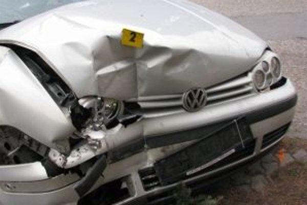 Vodič narazil so svojim autom do plota. V krvi mal vyše 2 promile.