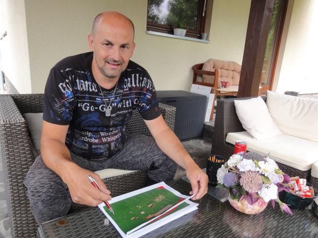 Poslanec Roman Šíra hovorí, že ihrisko otvoria pred prázdninami a atletický štadión do konca augusta.