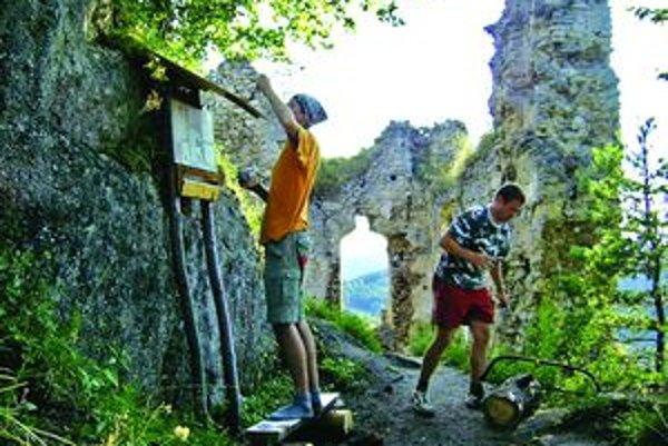 Dobrovoľníci získali na práce na Hričovskom hrade peniaze od štátu.