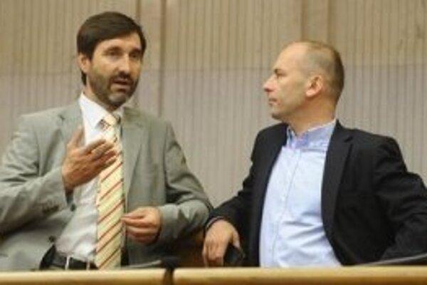 Juraj Blanár diskutuje s opozičným poslancom Ľudovítom Kaníkom.