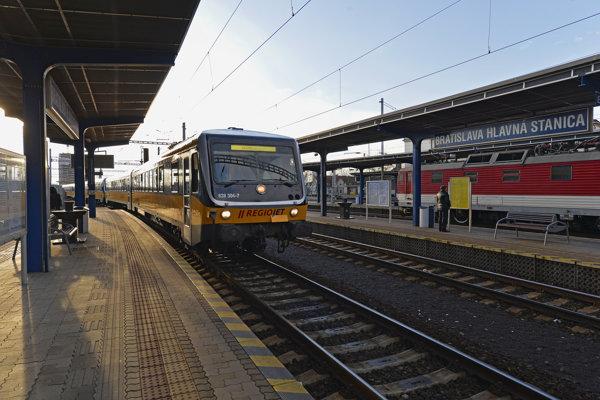 Cestujúci vlakom namiesto hodiny vranných zápchach strávia cestovaním iba 20 až 25 minút.