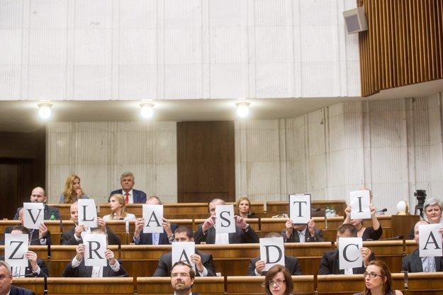 Kotlebovci počas Kiskovho prejavu.