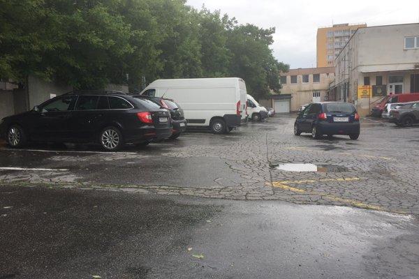 Dve desiatky mestských parkovacích miest vo dvore OC v Starom Meste chce získať trojica podnikateľov.