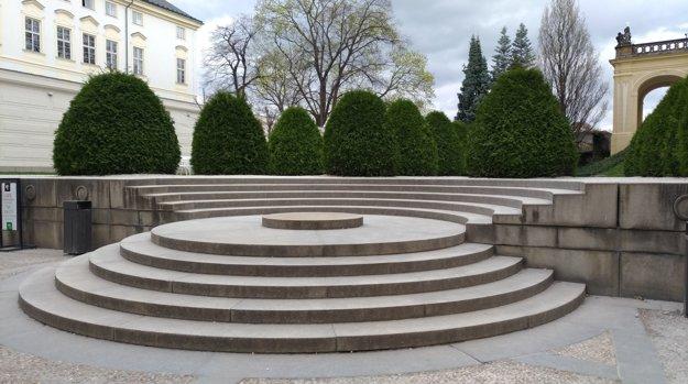 Hrad a schody na VI. nádvorii