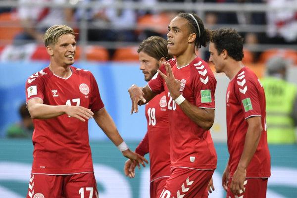 Dánski reprezentanti oslavujú gól v sieti Peru.