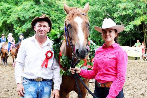 Jednu z disciplín vyhrala Paulína Burdilová na koni Marry z Lángovho dvora Trnovec n/V. Vľavo Ladislav Takács z ranchu v Dlhej nad Váhom.