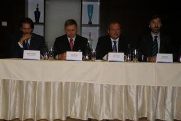 Chomu (druhý sprava) v Žiline podporili najsilnejší muži strany - Kaliňách, Fico a Blanár.
