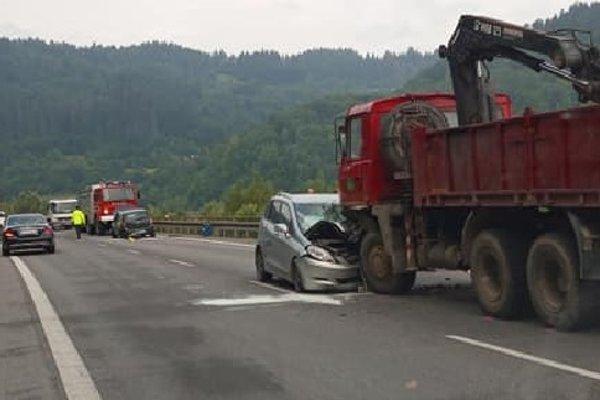 Dopravu na Kysuciach v ranných hodinách sťažila nehoda.