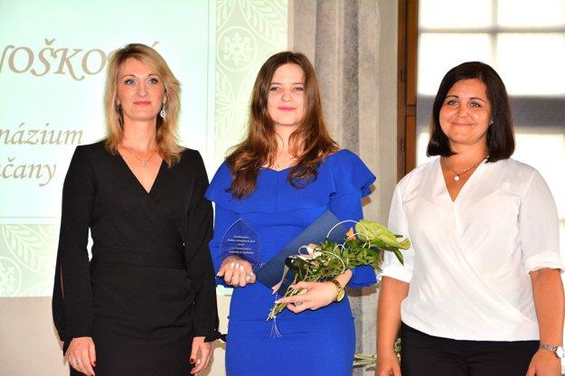 Michaela Knošková (uprostred) v spoločnosti Eriky Jurinovej, predsedníčky ŽSK.