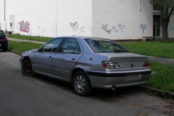 Takto odstavené vraky vozidiel by už nemali v meste zaberať parkovacie miesta.