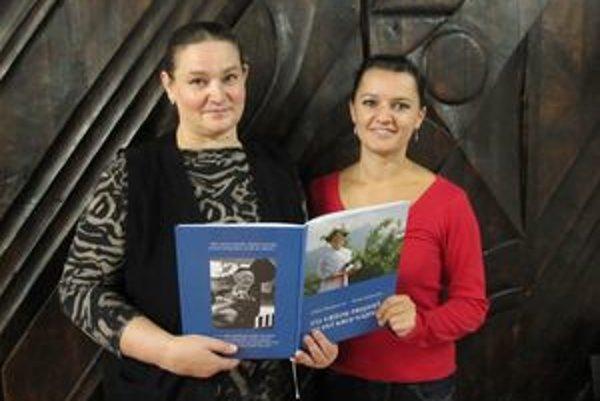 Soňa Jamečná (vľavo) a Júlia Knapcová s knihou.