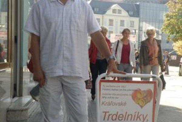 Miki pochádza zo Štúrova. Trdelníky v Žiline predáva už desať rokov.