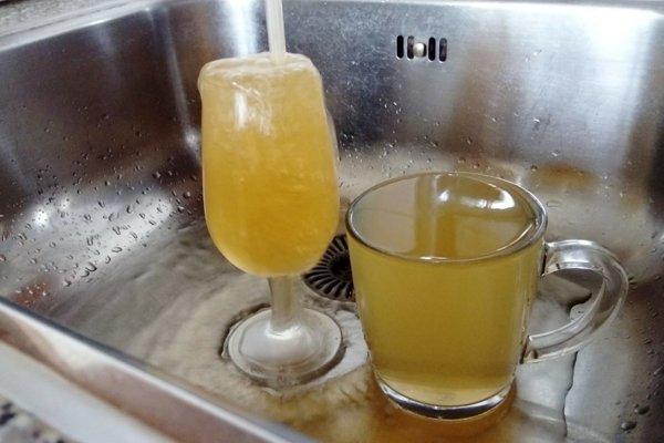 Obyvatelia sídlisk sa pri náhlom oteplení sťažujú na zafarbenú vodu.