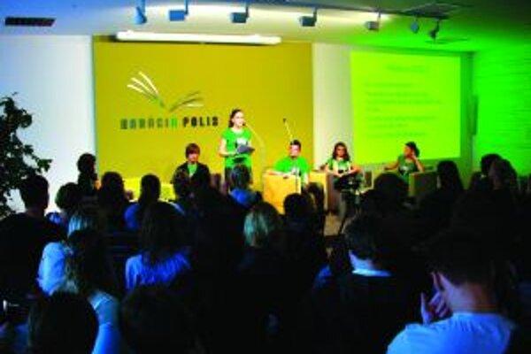 Počas 5. ročníka exhibičnej debaty žilinských študentov debatovali v Nadácii POLIS študenti o tom, či je myslenie dobrodružstvo väčšie ako bungee jumping.