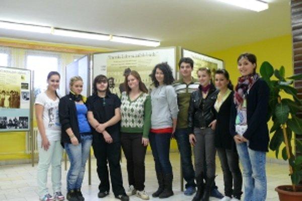 Študenti z Bytče sa s odvahou zhostili úlohy sprievodcov po výstave.