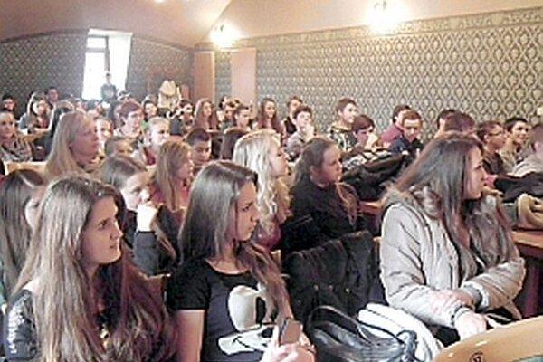 Výstava v Župnom dome bola určená pre žiakov základných a stredných škôl. Po jej prezretí diskutovali s policajnou preventistkou o škodlivosti drog.