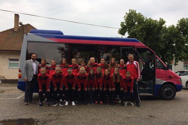 Pred odchodom družstva žiačok FC Union Nové Zámky vboji oMajstra Slovenska vPoprade,ich prišiel povzbudiť apopriať veľa úspechov aj primátor mesta Nové Zámky Otokar Klein .