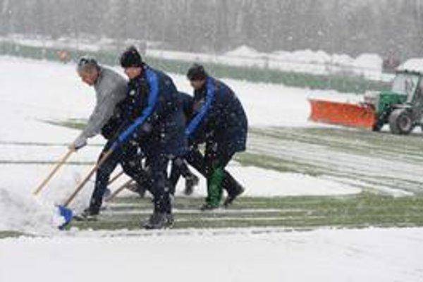 Minulý týždeň sneh na štadióne vyhnal hráčov na tréningové ihrisko do Strážova. V stredu sa to opakovať nebude.