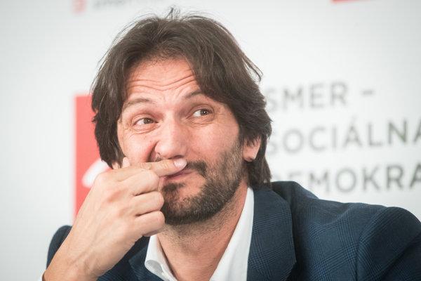 Poslanec Robert Kaliňák prišiel na tlačovku po sneme Smeru v Častej Papierničke z konca apríla. Novinárske otázky ho míňali.